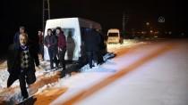 KAR TEMİZLEME - Ağrı'da Tipi Nedeniyle Yolda Mahsur Kalan 40 Kişi Kurtarıldı