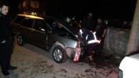 DİREKSİYON - Direksiyonu Kilitlenen Otomobil Direğe Çarptı