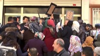 GÜVENLİK GÜÇLERİ - Evlat Nöbetindeki Aileler, HDP Binası Önünde 'Kahrolsun PKK Ve HDP' Sloganı Atıp, Binanın Camlarını Kırdı