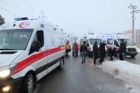 ORGANİZE SANAYİ BÖLGESİ - İki İşçi Servisi Çarpıştı Açıklaması 10 Yaralı