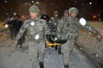 MEHMETÇIK - Mehmetçik, Yaralanan Vatandaşı Ambulansa Yetiştirmek İçin Metrelerce Sedyede Taşıdı