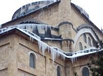 BUZ SARKITLARI - Camide Oluşan Buz Sarkıtları Sanatsal Görüntüler Oluşturdu