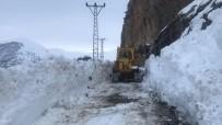 KAR TEMİZLEME - Hizan'da Zorlu Karla Mücadele Çalışması