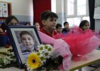 HER AÇIDAN - Depremde Hayatını Kaybeden Muhammed'in Masasına Çiçekler Bırakıldı