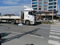 MOTOSİKLET SÜRÜCÜSÜ - Mersin'de Motosiklet Tırın Altında Kaldı Açıklaması 1 Ölü