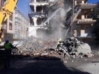 BAHÇELİEVLER - Bahçelievler'de Ağır Hasarlı Binaların Yıkımına Devam Ediliyor