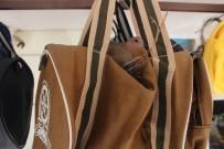 BAĞDAT - Züccaciye Dükkanın Önüne Asılan Çanta Kuşların Yuvası Oldu