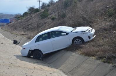 Otomobil Karşı Şeride Geçti Açıklaması Yaşlı Çift Yaralandı