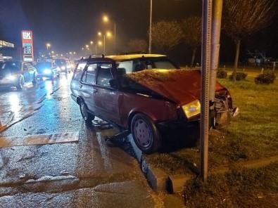 Otomobil Trafik Lambasına Çarptı Açıklaması 2 Yaralı