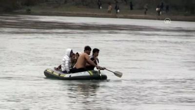 Yunan Askerinin Geçişlerine İzin Vermediği Düzensiz Göçmenler Nehir Ortasında Kaldı