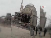 Depremde Ağır Hasar Alan Cami Böyle Çöktü