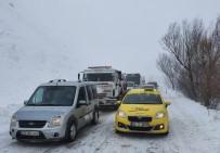 Ağrı-Van Karayolu Yola Düşen Çığ Nedeniyle Ulaşıma Kapandı
