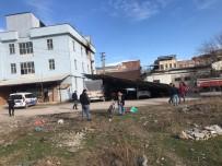 Lodos Çatıyı Uçurdu 3 Araç Zarar Gördü