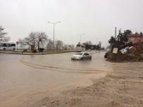 AŞIRI YAĞIŞ - Eğirdir'de Kuvvetli Yağış Etkili Oldu, Bodrum Katlı Su Bastı, Yollarda Birikintiler Oluştu