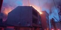 Küçükçekmece'de 3 Katlı Binada Korkutan Çatı Yangını