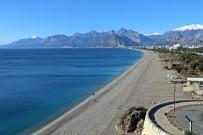 Antalya'da Hava Sıcaklığı 5 Dereceye Kadar Düştü, Sahil Ve Sokaklar Boşaldı