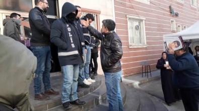 HDP önünde 'parmak sallama' gerginliği