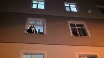 ALLAH - Konya'da Bir Vatandaş Sağlık Çalışanlarına Alçılı Koluyla Alkışlayarak Destek Verdi