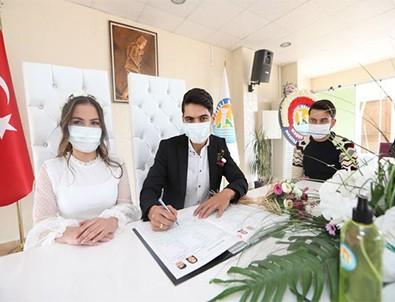 Koronavirüs engel olamadı! Çiftler maske altında 'evet' dedi