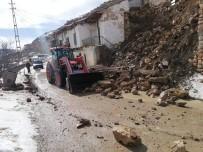 TAŞKALE - Karaman'da İstinat Duvarı Çöktü