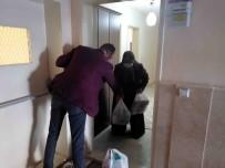 AKSARAY BELEDİYESİ - Mahalle Muhtarı Kapı Kapı Gezip Yaşlıların İhtiyaçlarını Karşılıyor