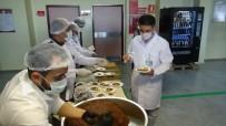 DICLE ÜNIVERSITESI - Diyarbakır'da Korona Virüs Mesaisindeki Sağlık Personeline Tatlı Ve Çiğ Köfte İkramı