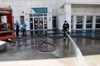 AKSARAY BELEDİYESİ - Aksaray'da İtfaiye Ekipleri Hastane Bahçesini Dezenfekte Etti