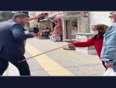 Yaşlı çifte koronavirüs uyarısı yapan Belediye Başkanı, nineden bastonu yedi