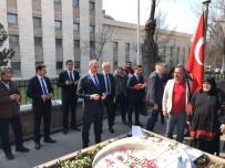 KIRMIZI GÜL - Bakan Gül, Muhsin Yazıcıoğlu'nu Kabri Başında Andı