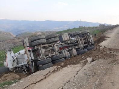 Siirt'te Toprak Yolun Çökmesi Sonucu Kamyon Devrildi Açıklaması 1 Yaralı