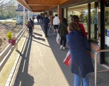 Sokağa Çıkma Yasağı Getirilen İngiltere'de Postane Ve Market Önünde Uzun Kuyruk Oluştu