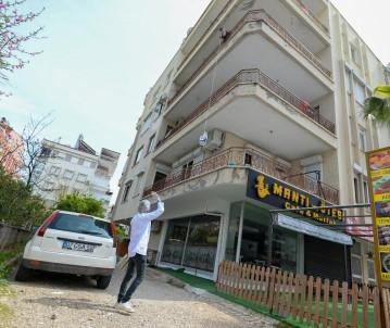 Antalya'da 65 Yaş Üstü İçin Kapı Kapı Dolaşılıp Yemek Dağıtılıyor