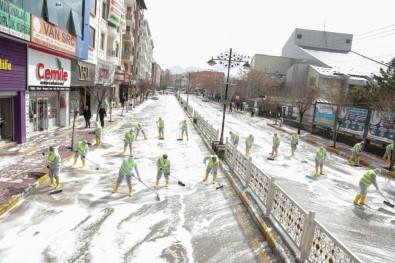 İpekyolu'nda Caddeler Köpüklü Suyla Yıkanarak Dezenfekte Edildi