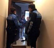 TOPLUM DESTEKLI POLISLIK - İstanbul'da Ev Ev Dolaşan Polis, Korona Virüs Dolandırıcılarına Karşı Vatandaşı Uyardı