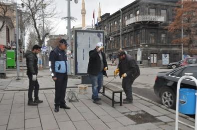 Kars Belediyesi Oturma Banklarını Söküyor