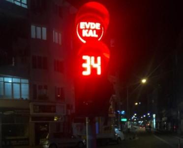 Trafik Işıklarıyla 'Evde Kal' Uyarısı