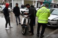 AKSARAY ÜNIVERSITESI - Aksaray'da Otomobil Motosiklete Çarptı Açıklaması 1 Yaralı