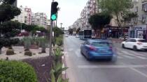 KIRMIZI IŞIK - Antalya'da Trafik Işıklarıyla Koronavirüse Karşı 'Evde Kal' Çağrısı