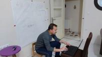 SINIF ÖĞRETMENİ - Evini Sınıfa Dönüştürdü, Canlı Yayınla Ders Anlattı
