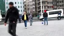 TAKSIM MEYDANı - (Özel) Taksim'de Sosyal Mesafe Uyarısını Umursamayan Gençler Top Oynadı