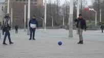 TAKSIM MEYDANı - Taksim'de Sosyal Mesafe Uyarısını Umursamayan Gençler Top Oynadı