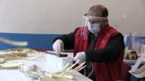 SOSYAL SORUMLULUK PROJESİ - Afyonkarahisar'da Gençlik Merkezi, Sağlık Çalışanları İçin Siperlikli Maske Üretimine Başladı
