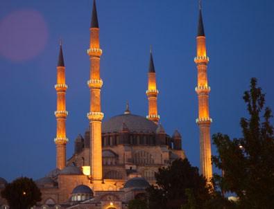 Camilerden yükselen dua seslerinden rahatsız oldular!