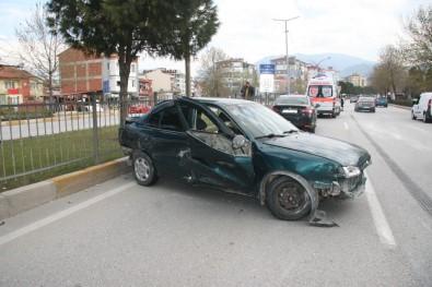 Hafriyat Kamyonun Dokunduğu Otomobil Bariyerlere Çarptı Açıklaması 1 Yaralı