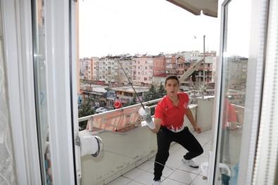Milli Eskrimci Antrenmanlarını Evinin Balkonunda Yapıyor