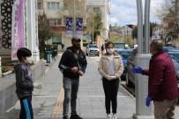 TUNCAY SONEL - Tunceli'de Vali Sokağa Çıktı, Hem Maske Dağıttırdı, Hem De Evde Kalın Çağrısında Bulundu