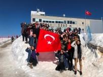 Zirvede Türk Bayrağı Açıp, Asker Selamı Verdiler
