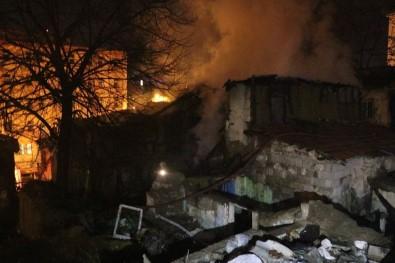 Başkent'te gecekondu yandı