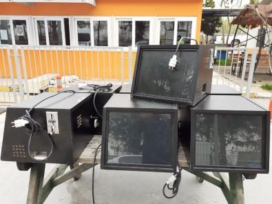 Manisa'da Müzik Kutusu Görünümlü Kumar Makinesi Ele Geçirildi