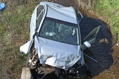 Otomobil Dereye Uçtu Açıklaması 1 Ölü 1 Yaralı